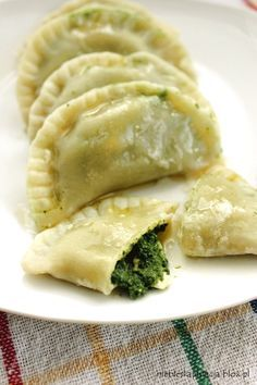 Dumplings with Spinach. Dumplings with spinach and feta cheese (in Polish) Asian Recipes, Real Food Recipes, Vegetarian Recipes, Ethnic Recipes, Polish Dumplings, Polish Pierogi, Good Food, Yummy Food, Delicious Dishes