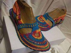 sandalias y zapatos tejidos a crochet ile ilgili görsel sonucu Crochet Slipper Boots, Crochet Sandals, Knit Shoes, Crochet Slippers, Crochet Shoes Pattern, Shoe Pattern, Irish Crochet, Knit Crochet, Rainbow Crochet
