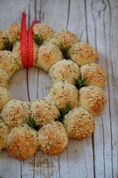 Corona di pane profumata al rosmarino e ripiena al formaggio