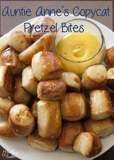 Who doesn't! This Copycat Autnie Annes Pretzel Bite recipe taste just like the oness that you get at Auntie Annes with one difference! They're cheaper and homemade! Perfect as a snack or treat anytime! Appetizer Recipes, Snack Recipes, Cooking Recipes, Appetizers, Pretzel Recipes, Pretzel Snacks, Cat Recipes, I Love Food, Gastronomia