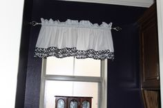 How to make a simple window valance - I just followed these easy instructions and made a super cute valance for my kitchen!