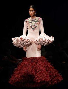 Ernesto Sillero ha presentado «Tanuca», una colección homenaje a Dña. Cayetana de Alba, una mujer apasionada del traje flamenca y el estilo andaluz. (Foto: Raúl Doblado) Spanish Fashion, Gala Dresses, Ethnic Dress, Frou Frou, Folk Costume, Lovely Dresses, Street Chic, African Fashion, Evening Gowns