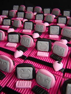 Vous vous êtes rencontrés sur Internet et vous vous mariez ? Immortalisez votre cérémonie avec ce plateau de 25 boîtes à dragées sur le thème du Web - Favor boxes loving meeting on web - Handmade in France by Pâte et Tics : www.pate-et-tics.com