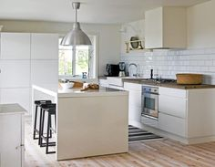 Kjøkkenet har et industrielt preg, mye på grunn av kjøkkenbenken i betong, og industrilampen fra Ikea. Innredningen er fra Kvik og kjøkkenøya er fra Ikea.