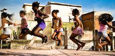 Meninas brincam de pular corda na favela do Jacarezinho no Rio de Janeiro.