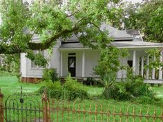 11 Creepy Houses In Mississippi That Could Be Haunted With Images House Sitting Jobs Monster House Pretty House