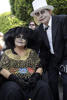 MORELIA, MEXICO - OCTOBER 31: An old couple for pictures during the Catrinas contest as part of Day of the Dead celebration on October 31, 2015 in Morelia, Mexico. (Photo by Pedro Gonzalez Castillo/LatinContent/Getty Images)