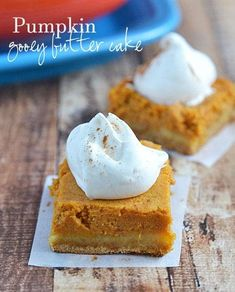 Surprisingly easy to make and truly delicious, this Pumpkin Gooey Butter Cake is the ultimate in fall dessert decadence! Believe me, you'll want this pumpkin-pie like fall cake on your holiday menu! Perfect for fall entertaining. | Kitchen Meets Girl Pumpkin Gooey Butter Cake, Gooey Cake, Dessert Simple, Fall Dessert Recipes, Fall Desserts, Fall Recipes, Dinner Recipes, Pumpkin Dessert, Pumpkin Cheesecake