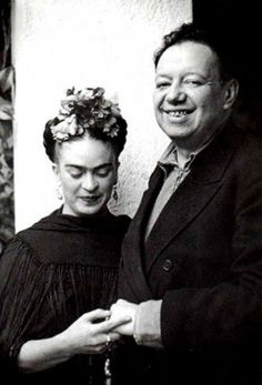 Frida Kahlo first met Diego Rivera when she was an art student hoping to get advice on her career from the famous Mexican muralist. Frida E Diego, Diego Rivera Frida Kahlo, Frida Art, Fridah Kahlo, Famous Mexican, Mexican Artists, Portraits, Great Artists, Mexico