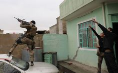 Иракский военный стреляет в беспилотник. Мосул, Ирак.
