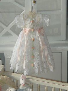 Casa de muñecas bautizo, vestido de colgar. 1:12 vestido de casa de muñecas en…