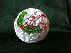 Boule de noël en papier roulé (paperolle) avec du houx en motif.  Christmas bauble quilling with the holly in motive.
