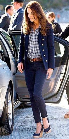 Kate Middleton in gingham and navy! so classy! Kate Middleton and the style. Looks Kate Middleton, Kate Middleton Photos, Kate Middleton Jeans, Kate Middleton Fashion, Kate Middleton Outfits, Royal Fashion, Look Fashion, Autumn Fashion, Preppy Fashion