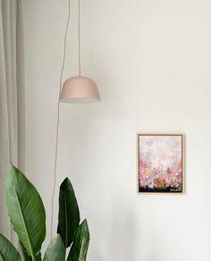Soms zit het het juist in de eenvoud. Een sereen hoekje bij @annefleur1987_ thuis. Met een paar krachtige items kun je al zoveel sfeer toevoegen. Creative Art, Ceiling Lights, Lighting, Instagram, Home Decor, Decoration Home, Room Decor, Lights, Outdoor Ceiling Lights