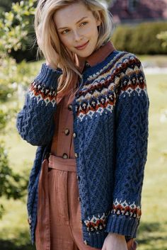 This top-down cardigan from Novita Nalle yarn features six different colors in the yoke, sleeves and hem. Working your way down, the intricate cable pattern requires constant attention. A challenging but rewarding project for the more seasoned knitter. Knitting Patterns Free, Free Knitting, Knitting Charts, Jules Supervielle, Intarsia Knitting, Cardigan Design, Cable Cardigan, Moss Stitch, Fair Isle Knitting