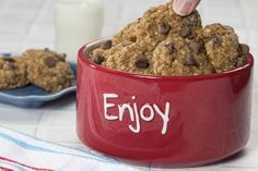 Our Oatmeal Chocolate Chip Cookies have a deliciously chewy texture that makes them a cookie jar favorite. Wash it down with a glass of skim milk and let the smile spread on your face.