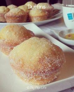 Duffins - La rencontre du doughnut et du muffin. Imaginez un muffin extra moelleux comme un doughnut tout frai - Biscuit Cookies, Cake Cookies, Doughnut Muffins, Doughnuts, Desserts With Biscuits, Cake Factory, Beignets, Food Cakes, Savoury Cake