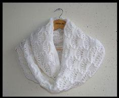 Au tricot un snood avec un jol Loom Knitting, Knitting Stitches, Free Knitting, Knitting Patterns, Crochet Snood, Crochet Scarves, Diy Crochet, Yarn Inspiration, Crochet Bracelet