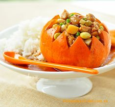 (Gà Hấp Bí Ngô Non) - Steamed Chicken in Young Pumpkin is not only delicious, but also is really eye-catching. Steamed Chicken in You. Easy Vietnamese Recipes, Vietnamese Cuisine, Asian Recipes, Lunch Recipes, Baby Food Recipes, Chicken Recipes, Cooking Recipes, Steamed Chicken, Marinated Chicken