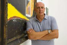 El pintor Manolo Lorenzo ante una de sus obras