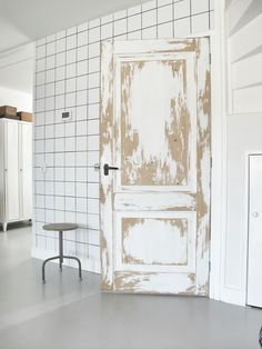 Vosgesparis: Graphic accents with tiles Room Of One's Own, Retail Interior, Painted Doors, Find Furniture, Door Design, Decor Interior Design, Interior Architecture, Home Accessories, Sweet Home