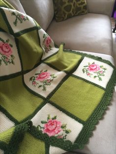 Boho Style Furniture And Home Decor Ideas - Vintage Decor - Diy Crafts Crochet Afghans, Crochet Bedspread, Crochet Fabric, Crochet Quilt, Crochet Cross, Tunisian Crochet, Crochet Squares, Crochet Home, Crochet Granny
