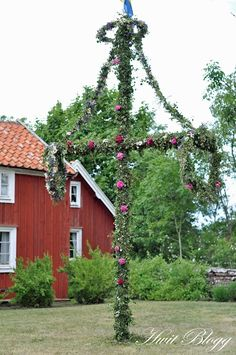 svensk midsommar... there's no Swedish midsummer without dancing around this midsummer icon.