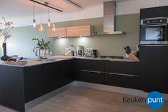 Prachtige matzwarte hoekkeuken met Etna apparatuur van Keukenpunt Leeuwarden.