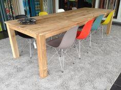 Plastic design stoelen combineren met een houten tafel