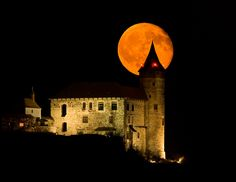 Astrophotography by Milos Hroch - widefield - Moonrise behind the Kunětická hora castle Heart Of Europe, Castle House, Historical Monuments, European Countries, Kirchen, Czech Republic, Moonlight, Countryside, Castles