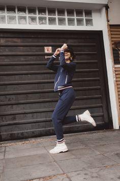 CÓMO COMBINAR UN CONJUNTO DEPORTIVO | Mary Wears Boots Ideas Para, Normcore, Denim, Style, Fashion, Funny Photos, Photo Poses, Jogging Suits, Photos Tumblr
