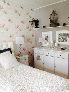 """""""TiaMaria"""":n makuuhuone on romanttisia yksityiskohtia pullollaan. Huomion kiinnittää erityisesti herkkä tapetti. #styleroom #inspiroivakoti #makuuhuone #romanttinen"""
