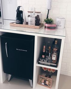 mini bar na sala Home Nail Salon, Nail Salon Decor, Hair Salon Interior, Beauty Salon Decor, Salon Interior Design, Salons Decor, Canto Bar, Spa Room Decor, Esthetics Room