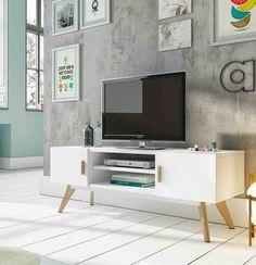TV benk i hvitlakkert tre med ben og håndtak i eik. Leveres med 2 hyller og 2 skap.