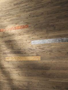𝐸𝒹𝓁𝑒 𝐵𝓁𝒶𝓉𝓉𝓂𝑒𝓉𝒶𝓁𝓁𝑒 𝒶𝓊𝒻 𝐸𝒾𝒸𝒽𝑒   Besonders reizvoll wirken mit Blattmetallen veredelte Eichenbretter.  . . .  #landeggerboehm ##eiche #wandkunst #landwand #design Hardwood Floors, Flooring, Texture, Design, Metal, Wood Floor Tiles, Surface Finish, Wood Flooring
