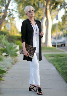 une femme d'un certain âge |Celebrating Summer In Black (And White)