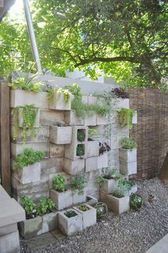 Bildkälla Hålblock kan byggas upp till grönskande avdelare i trädgården.