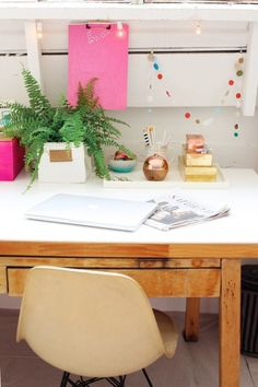 Feng Shui plants for harmony and positive energy in the living room – Home Office Design Layout Cubicle Makeover, Office Makeover, Workspace Inspiration, Interior Inspiration, Home Office Design, Office Decor, Office Fun, Office Chairs, Office Ideas