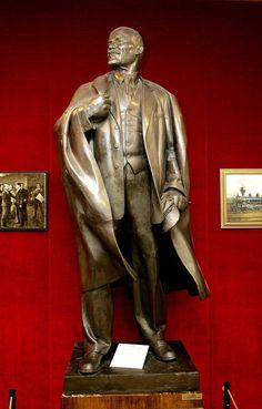 Lenin-patsas kun se vielä oli vanhassa paikassa Lenin-museossa.