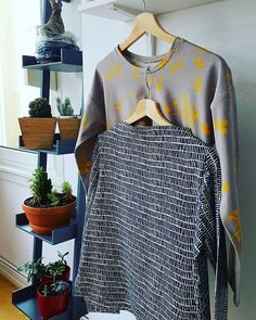 (sewing) results from a very productive weekend: a third #toastersweater2 in a thinner b/w jersey from #1000stoff, and a #hemlocktee in grey and yellow with a split hem adjustment.  #handmadeclothing  #grainlinestudio #sewhouse7tania.ho1000stoff,grainlinestudio,handmadeclothing,sewhouse7,toastersweater2,hemlocktee