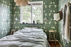 Outside inside and stools Dream Bedroom, Home Bedroom, Verde Greenery, Arts And Crafts Interiors, Bold Wallpaper, Guest Bedroom Decor, French Country Bedrooms, William Morris, Interior Inspiration