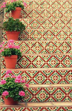 Vasinhos e escadaria com azulejos. <3