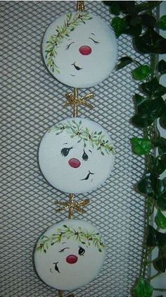 Oh my gosh....these are just adorable little snowman heads...I'm an ornament nut, but these would make some adorable ones, as well as a wallhanging...so many ideas of what I could do with an idea like this: