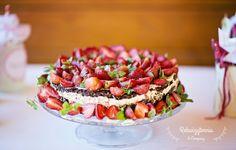 Tort truskawkowy z ekologicznymi truskawkami od zaprzyjaźnionego Kaszuba.  #rekwizytorniaandcompany #wesele #urodziny #dekoracje #candybar #trójmiasto