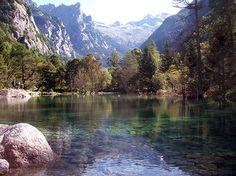 La Val di Mello si trova in Valmasino. Inizia dal paese di San Martino e termina con il gruppo del monte Disgrazia. Ideale meta per una gita con i bambini.