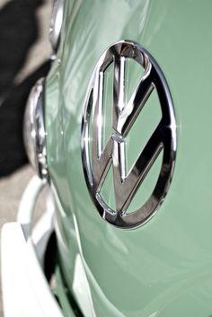 Cruzar el continente para surfear las olas de todos lados en una van Volkswagen