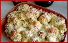 Vă prezentăm o rețetă de conopidă delicioasă la cuptor, cu brânză. Dintr-o cantitate minimă de ingrediente și într-un timp record, obțineți un fel de mâncare cald deosebit de delicios, aromat și sănătos. Conopida poate fi servită de sine stătător sau în calitate de garnitură. Experimentați cu ierburile aromate preferate și bucurați-vă de un deliciu deosebit de savuros. INGREDIENTE -500 g de conopidă -100 g de brânză mozzarella -80 g de smântână 10% -40 g de pesmeți -1/2 linguriță de ustu... Romanian Food, Romanian Recipes, Mozzarella, Cheddar, Cauliflower, Food And Drink, Vegetables, Orice, Cheddar Cheese
