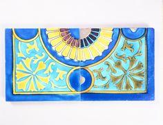 Carreaux de faïence plats à motif géométrique de quart de rosace, bleu et jaune. © Musée des arts et métiers-Cnam/photo Pascal Faligot