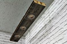 Este techo es único de madera natural envejecida y por sus venas. Dimensiones del producto: Longitud: 91,00 cm Anchura: 15,00 cm Grueso: 4,50 cm Distancia a techo: 25 cm Color: cálido blanco/3000 Kelvin Tipo de protección: IP 20 Gama del uso: para uso en ambientes cerrados sólo Mantenimiento Nota: Luminaria con un plumero para sacudir polvo Lámpara incluida: 230V/3, 5W