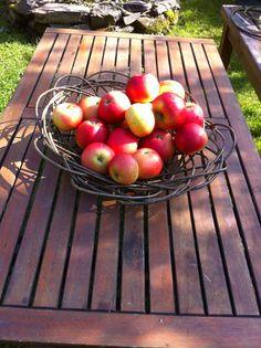 Hedleshaug - kreativ verkstad : Eplekjekk Maria og eg koser oss med å flette eple. Pil, Fruit, Food, Essen, Meals, Yemek, Eten